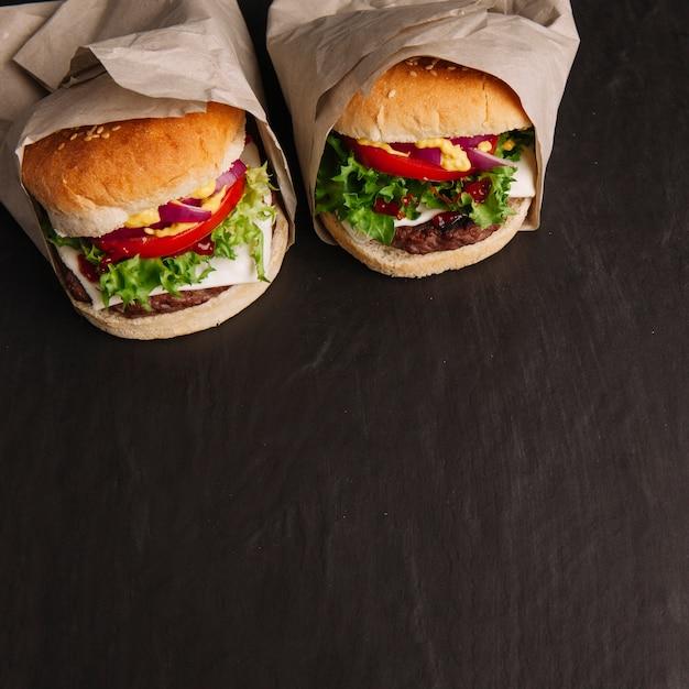 Dois hambúrgueres e espaço no fundo Foto gratuita
