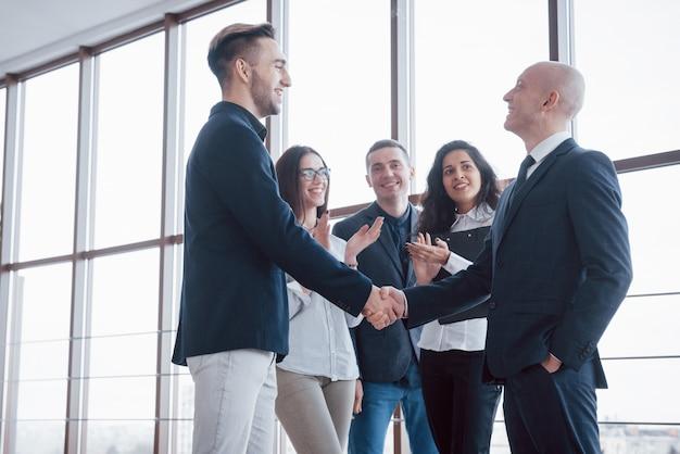 Dois homem de negócios confiante, apertando as mãos durante uma reunião no escritório, sucesso, negociação, saudação e parceiro Foto Premium