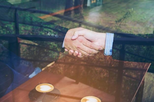 Dois, homem negócios, apertar mão, em, loja café Foto gratuita
