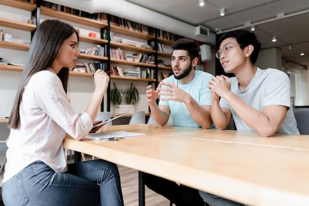Dois homens, em, reunião, com, mulher, em, escritório Foto Premium