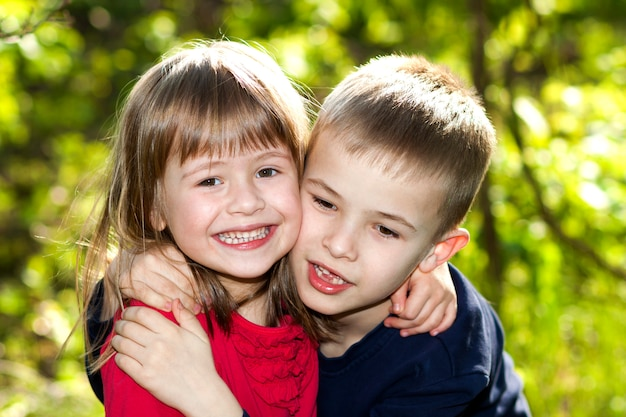 Duas Crianças Pequenas E Bonitos Felizes Que Preparam
