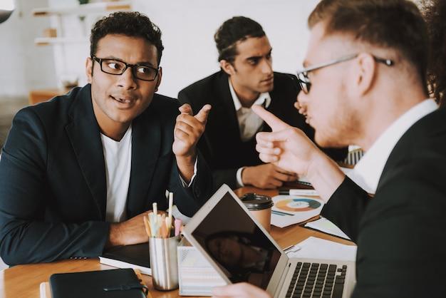 Dois jovens empresários discutem sobre algo Foto Premium