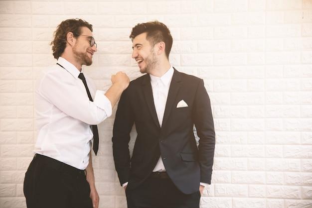 Dois jovens empresários inteligentes falando juntos durante o tempo de lazer no interior Foto Premium