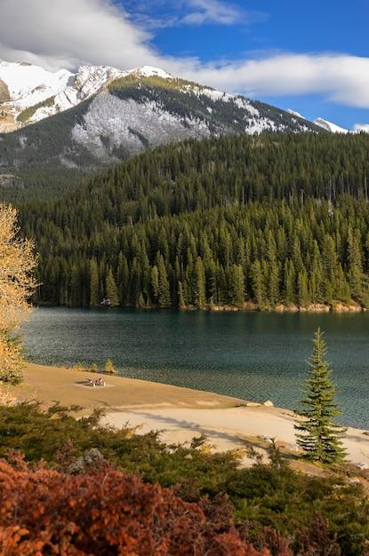 Dois, lago jack, em, parque nacional banff, em, alberta, canadá Foto Premium