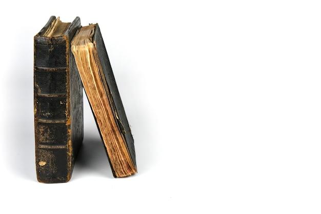Dois livros antigos isolados Foto Premium