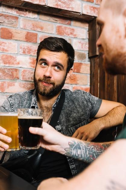 Dois, macho, amigos, brindar, bebidas alcoólicas Foto gratuita