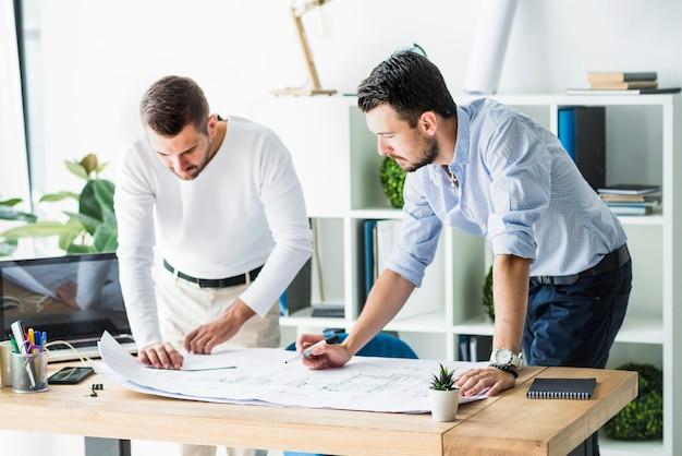 Dois, macho, arquiteta, trabalhando, ligado, blueprint Foto gratuita