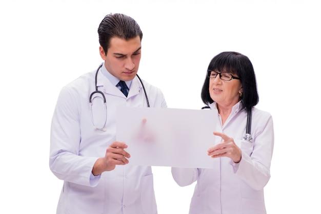 Dois médicos isolados no fundo branco Foto Premium