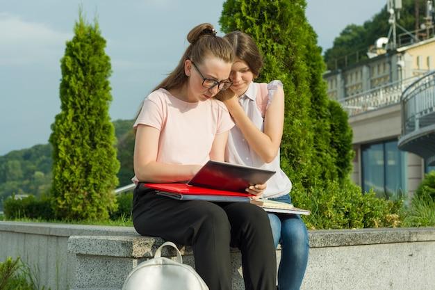 Dois, meninas aprendendo, estudantes, com, mochilas Foto Premium