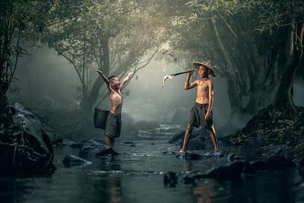 Dois, menino, pesca, em, riachos Foto Premium