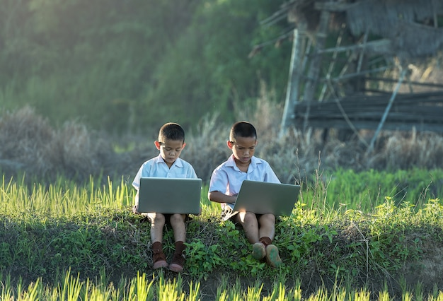 Dois meninos, usando, um, laptop, ao ar livre Foto Premium