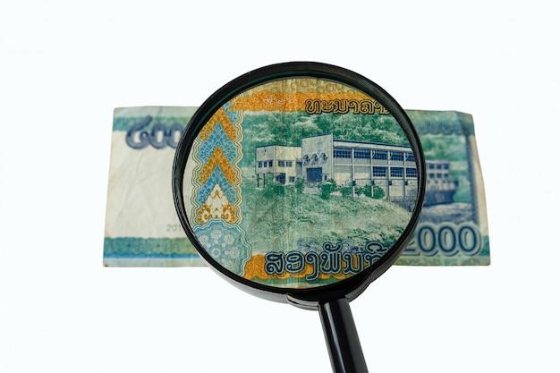 Dois mil bill kos do laos e uma lupa Foto Premium