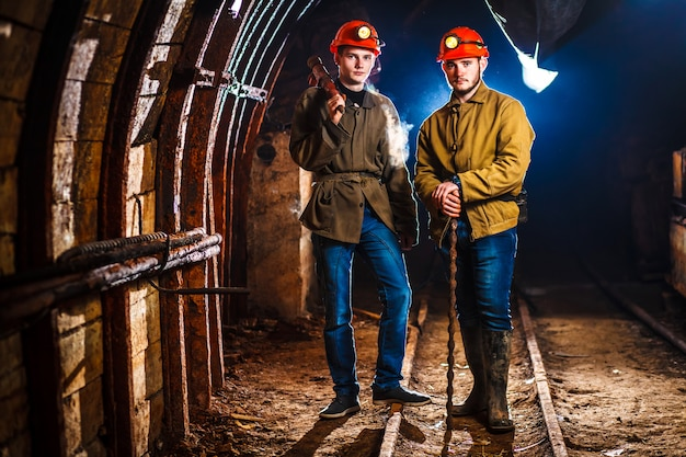 Dois mineiros na mina Foto Premium