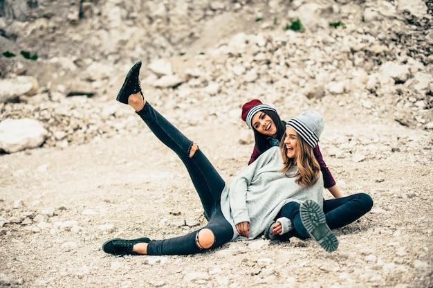 Dois Modelos De Meninas Posando Em Pedreira Baixar Fotos Premium