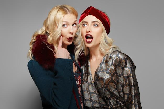 Dois modelos de moda expressando espanto e descrença. pessoas duvidosas. Foto Premium