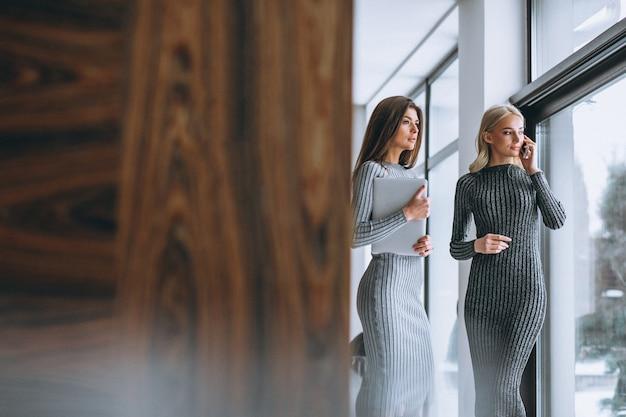 Dois, mulher negócio, com, computador Foto gratuita
