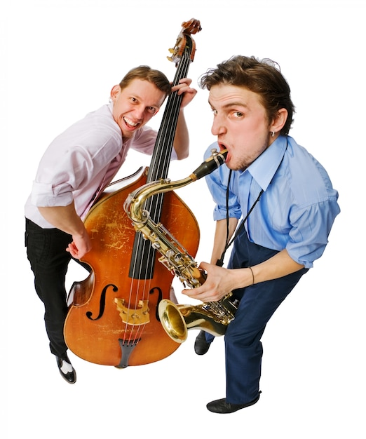 Dois músicos com violão e saxofone Foto gratuita