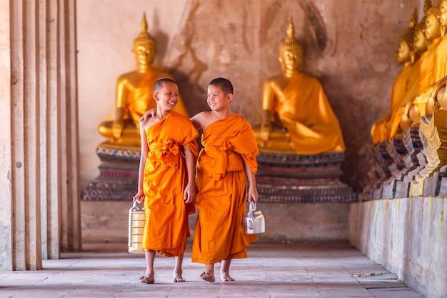 Dois noviços monge andando e falando Foto Premium
