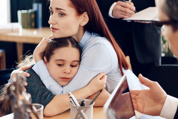 Dois pais brigando por criança no conceito de divórcio. Foto Premium