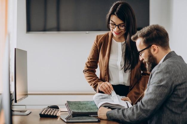 Dois parceiros de negócios trabalhando juntos no escritório no computador Foto gratuita