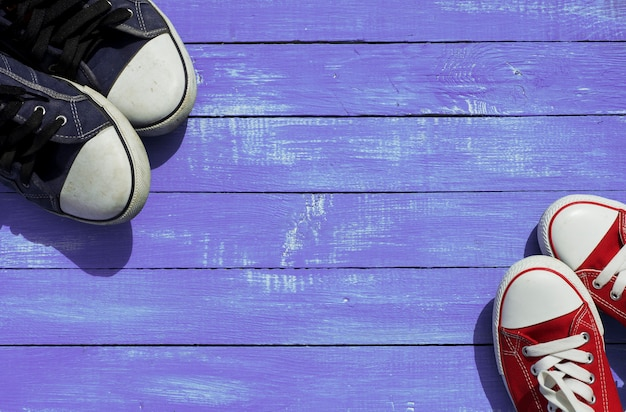 Dois pares de tênis esportivos Foto Premium