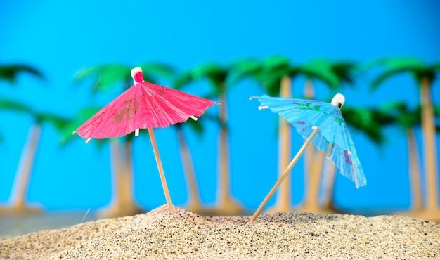 Dois pequenos guarda-chuvas na praia Foto Premium