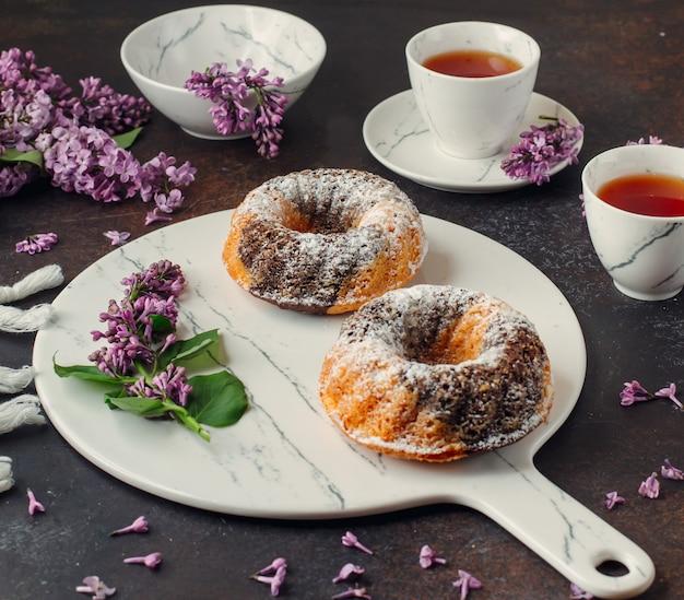 Dois porções de bolos de mármore de cacau na placa de mármore Foto gratuita