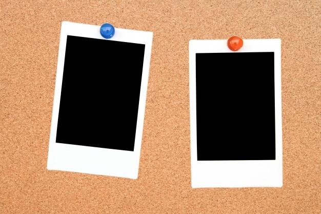 Dois quadros de foto instantânea em branco na placa de aviso de cortiça Foto Premium