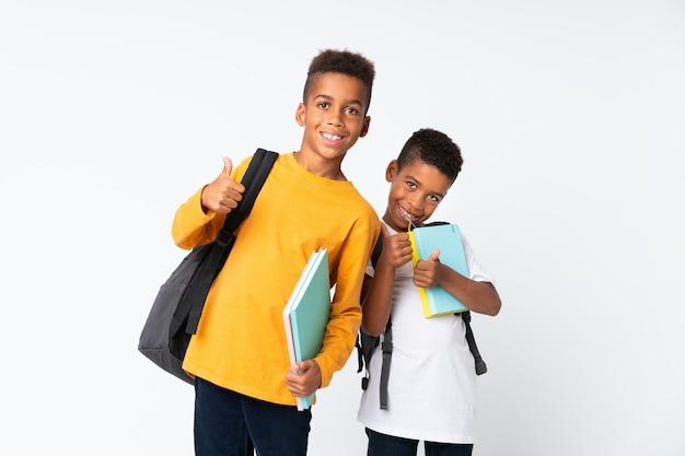 Dois rapazes estudantes afro-americanos isolados e com o polegar para cima Foto Premium