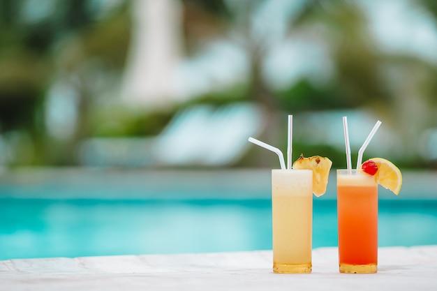 Dois saborosos cocktails na praia tropical branca Foto Premium
