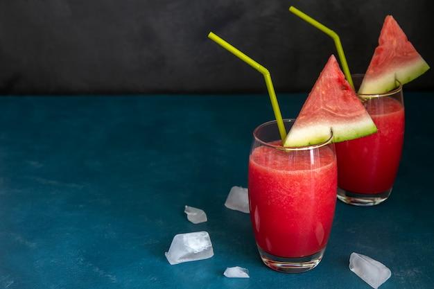 Dois smoothies de melancia em um copo transparente Foto Premium