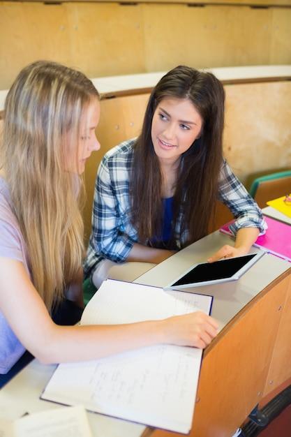 Dois, sorrindo, estudantes, usando, tabuleta, em, universidade Foto Premium