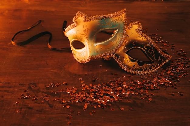 Dois tipos diferentes de máscara veneziana elegante com lantejoulas em pano de fundo escuro Foto gratuita