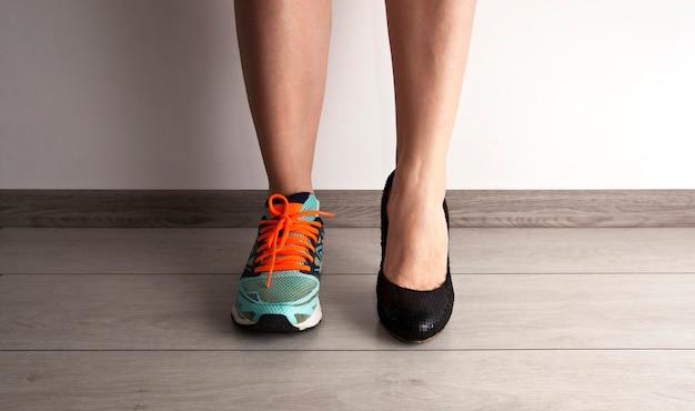 Dois tipos diferentes de sapatos para as mulheres Foto Premium