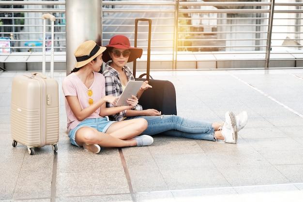Dois turistas bonitos estão falando o mapa. Foto Premium