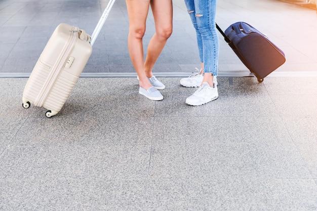 Dois viajantes andando a bolsa. Foto Premium
