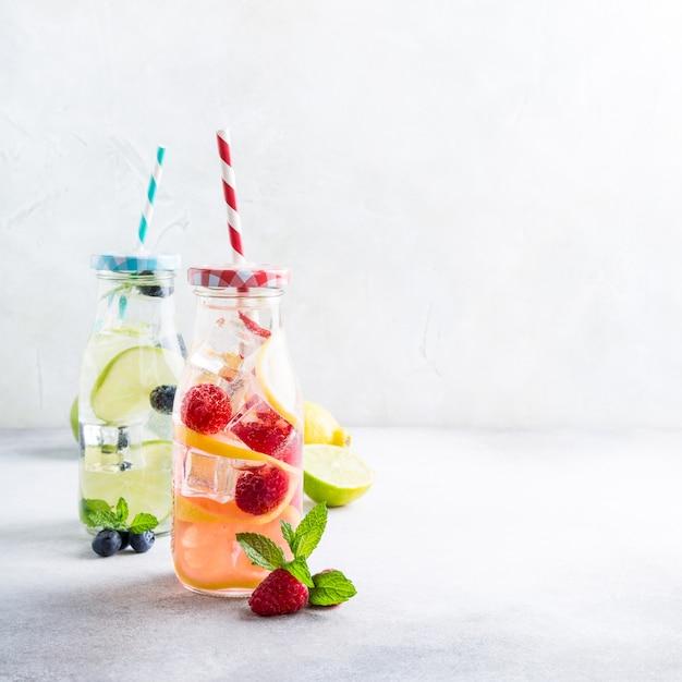 Dois, vidro, garrafas, com, limonada Foto Premium