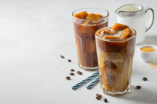 Dois vidros do café frio no fundo branco. Foto Premium
