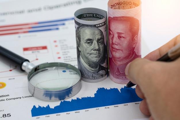 Dólar dos eua e yuan china, que são os dois maiores países para o crescimento econômico. Foto Premium