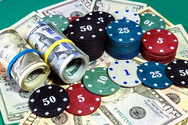 Dólares americanos do dinheiro e microplaquetas de pôquer no fim da tabela do casino acima. Foto Premium