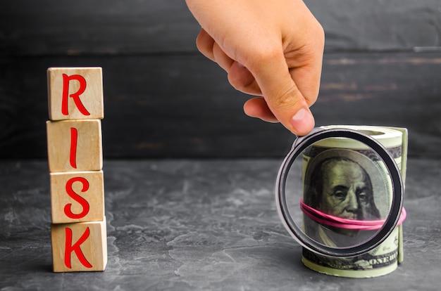 Dólares e a inscrição risk Foto Premium