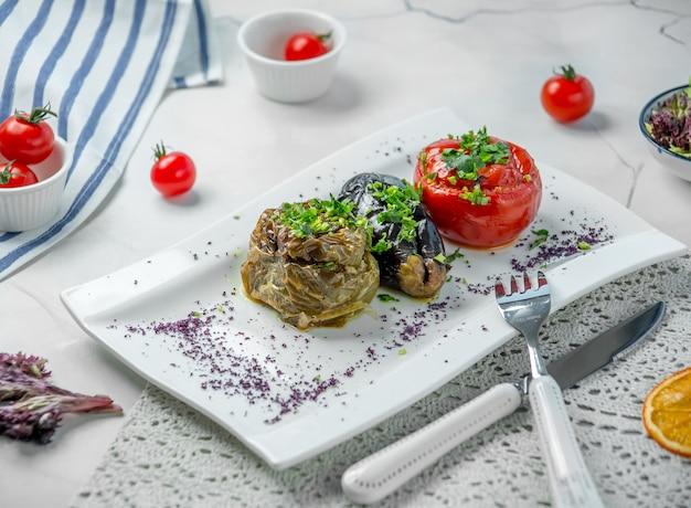 Dolma de berinjela com tomate e pimentão Foto gratuita