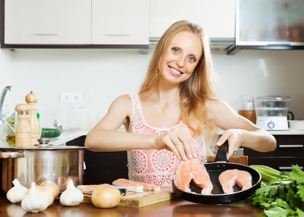 Resultado de imagem para fotos de dona de casa cozinhando em casa
