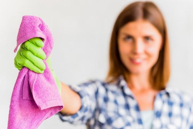 Dona de casa segurando um pano Foto gratuita
