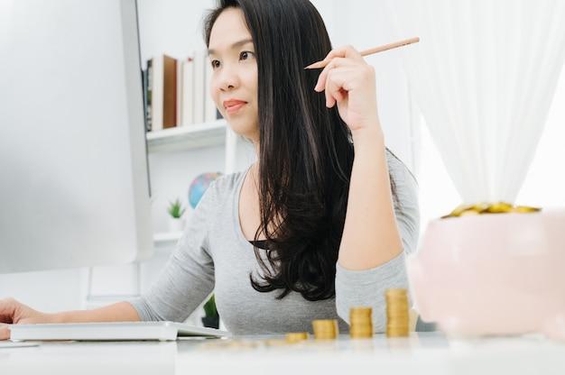 Dona de casa tendo problema confuso sobre salvar a família e sentado em uma cadeira de escritório em casa Foto Premium