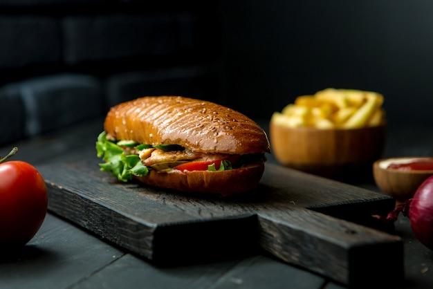 Doner de frango em um pão macio e crocante Foto gratuita