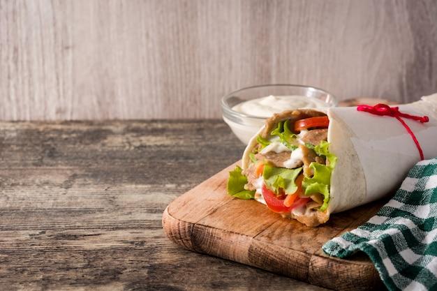Doner kebab ou sanduíche shawarma Foto Premium