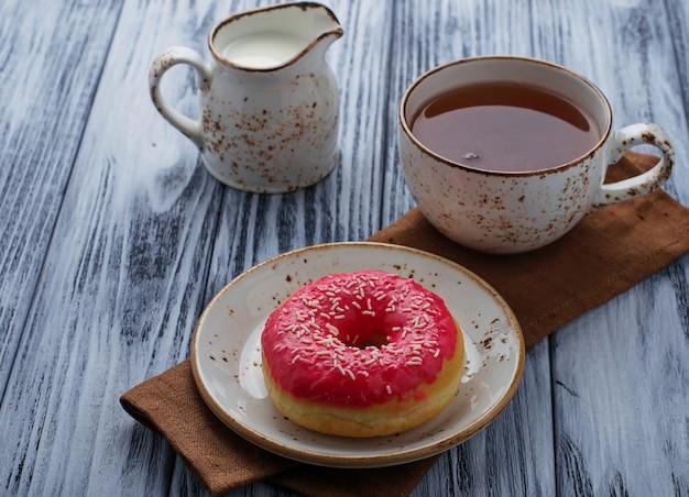 Donut e xícara de chá Foto Premium