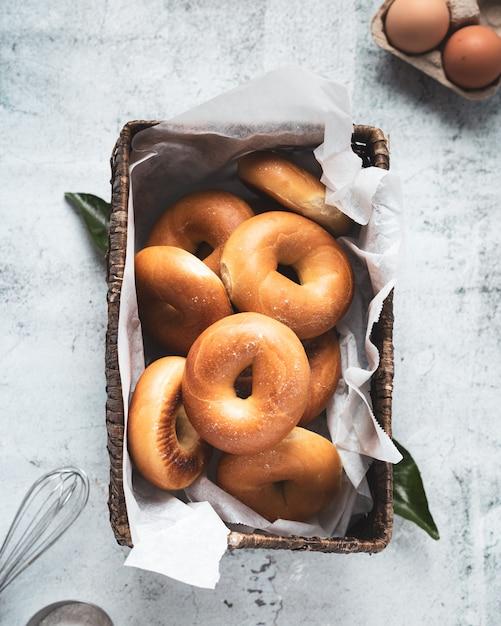 Donuts caseiros saborosos com açúcar Foto gratuita