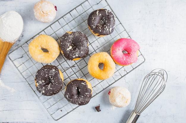 Donuts em um fundo branco de madeira Foto Premium